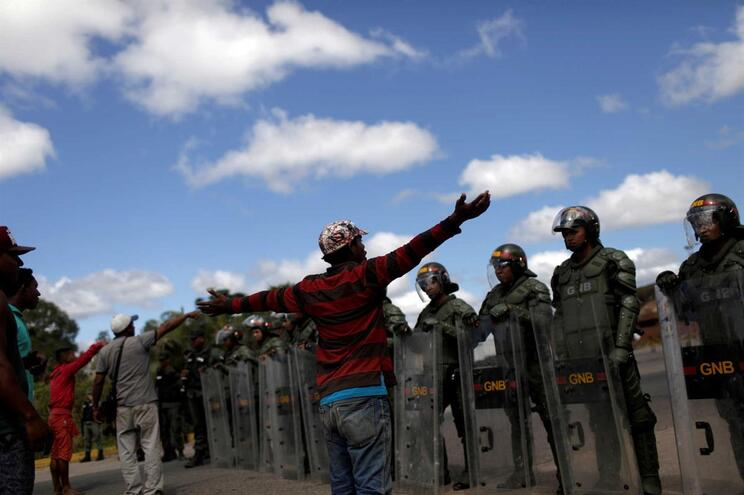 Soldados abrem fogo contra civis e fazem dois mortos na Venezuela