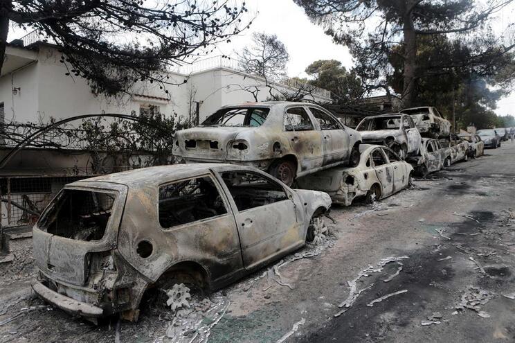 Familiares de duas vítimas mortais dos incêndios na Grécia processam autoridades