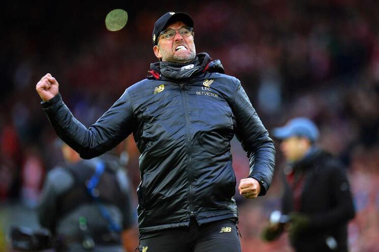 Liverpool vence com autogolo nos descontos e leva Klopp à loucura