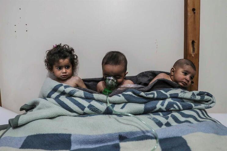 Crianças atingidas por ataque químico na Síria