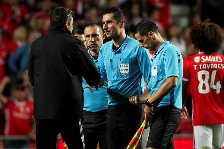 Bruno Lage cumprimenta o árbitro Tiago Martins