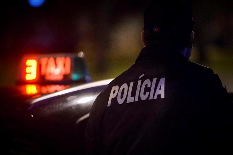 Homem alcoolizado detido por ameaçar balear taxista e polícias
