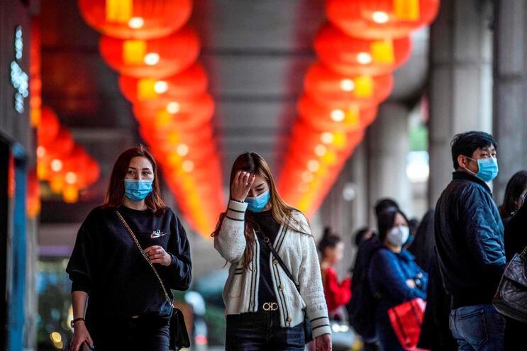 Nas ruas,muita gente usa máscaras. A corrida às farmácias fez com que tenham sido adotadas medidas de