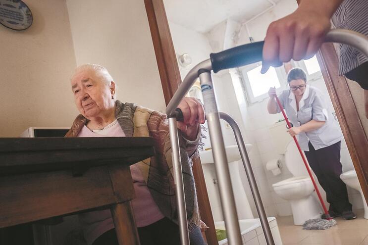 Isaura Barros Pinto, de 90 anos, vive sozinha no bairro do Cerco e não sai de casa desde 2015
