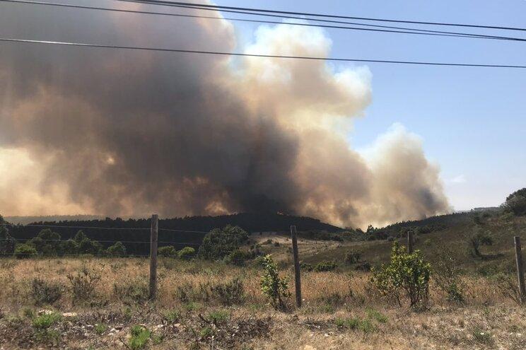 """Fogo em Aljezur no Algarve está perto de """"pontos sensíveis"""""""