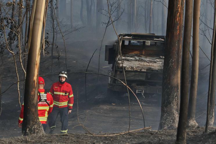 Carro dos Bombeiros de Valongo ardeu esta tarde no incêndio florestal , causando queimaduras em três
