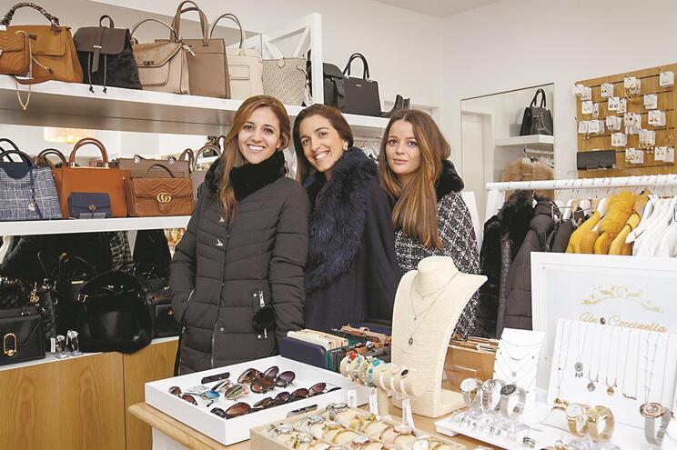 Un Coccinella, uma loja de acessórios de moda nas Taipas. Anabela Machado (funcionária) ; Paula Carvalho