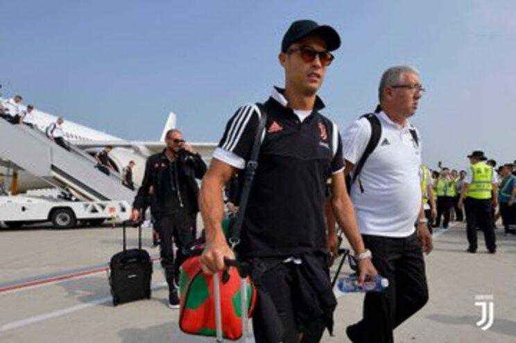 "Cristiano Ronaldo ""mete água"" na chegada à China"