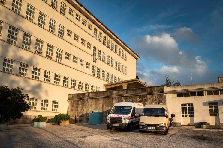 Sindicatos dos Médicos avança que uma auxiliar de ação médica está internada no hospital prisional de