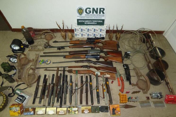 Detido por caça ilegal tinha 28 armas ilegais e centenas de munições