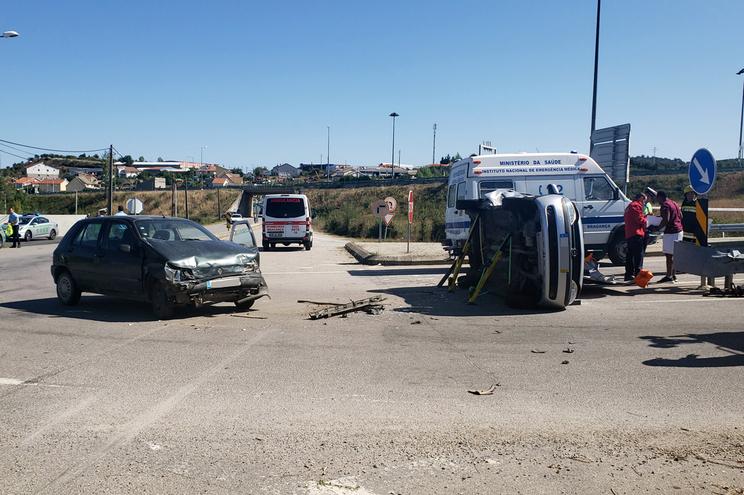 Criança entre os seis feridos ligeiros em colisão entre dois veículos