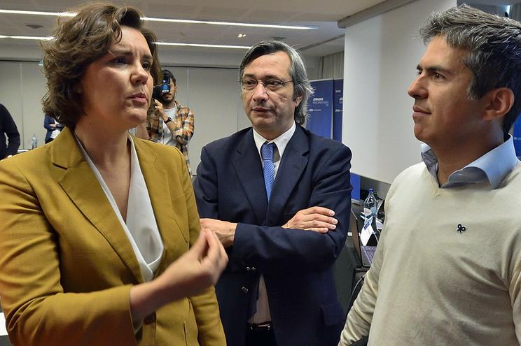 A presidente do CDS-PP, Assunção Cristas (E), acompanhada pelo vice-presidente, Nuno Magalhães (2-E)