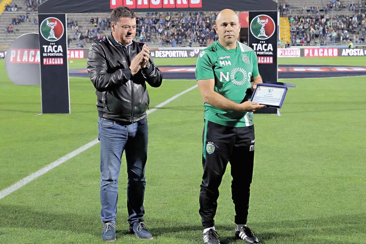 Mário Monteiro, homenageado em Famalicão durante um jogo da Taça, vai deixar o futebol e voltar a dar
