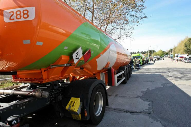 Tudo sobre a greve de motoristas que pode secar o depósito do país