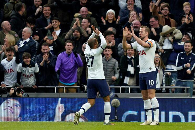 Tottenham de Mourinho goleia, Liverpool reforça liderança