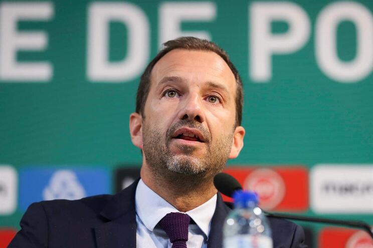 O presidente do Sporting, Frederico Varandas, fala aos jornalistas durante a conferência de imprensa