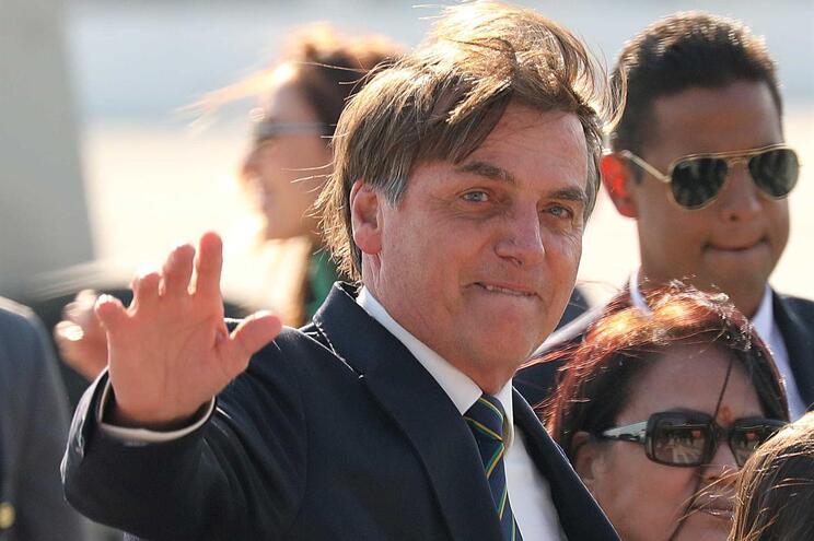 Bolsonaro à chegada ao aeroporto de Nova Deli, na Índia, esta sexta-feira