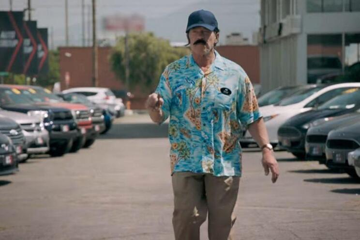 Arnold Schwarzenegger tenta vender carros poluentes a condutores ecológicos