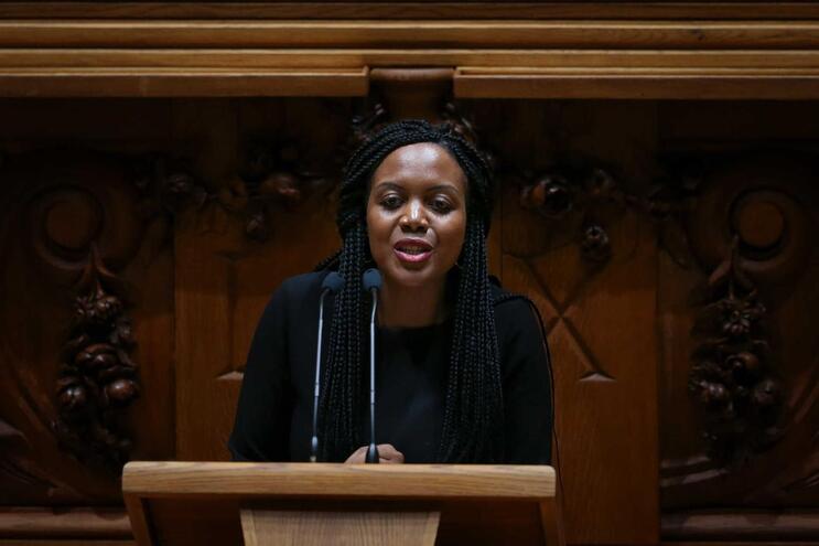 Se decisão for tomada, o Livre deixa de ter representação parlamentar e torna Joacine deputada independente