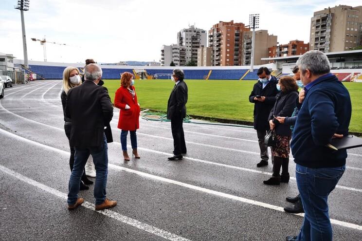 Estádio onde vai ser implementado o Covidrive foi visitado pelas autoridades de saúde e autarcas