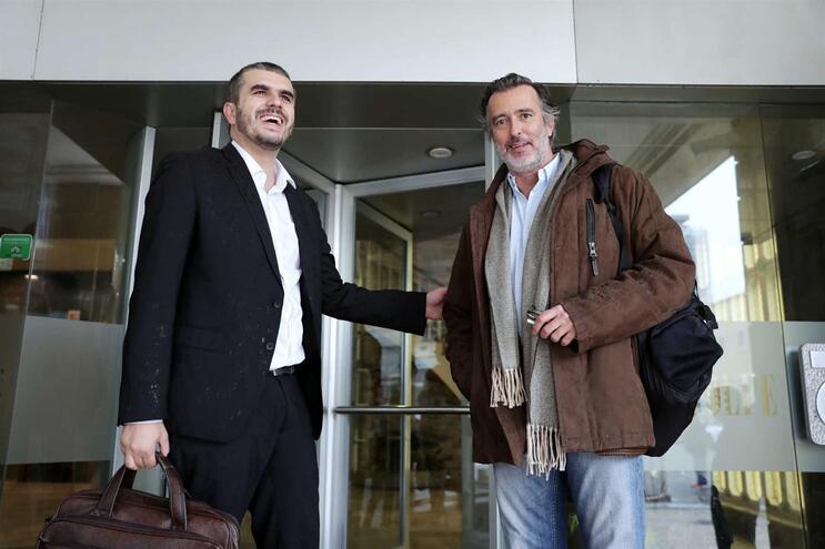 O deputado do partido Iniciativa Liberal, João Cotrim Figueiredo (direita) é candidato a substuir Carlos