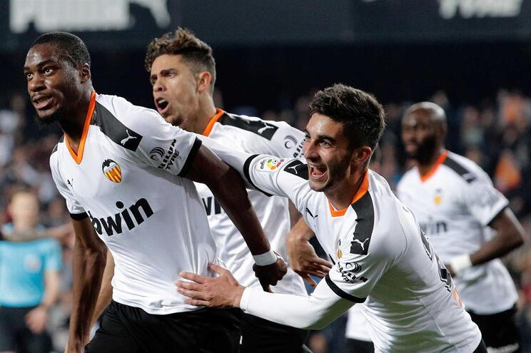 Kondogbia e o Valência festejam golo do empate contra o Atlético