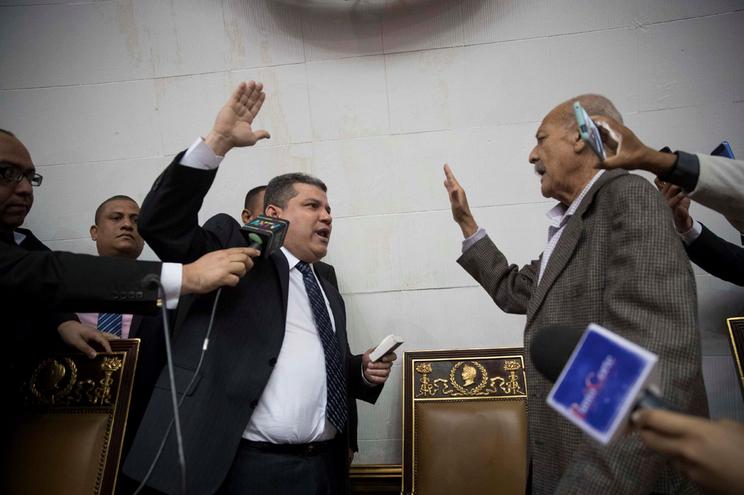 Hector Aguero faz o juramento de Luis Parra (esquerda)