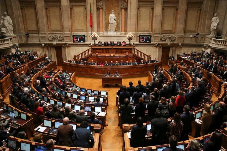 Cada deputado ganha no mínimo 200 mil euros por mandato
