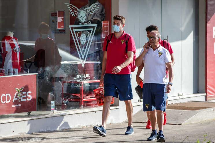 Jogadores do Aves chegam ao Estádio do C. D. Aves