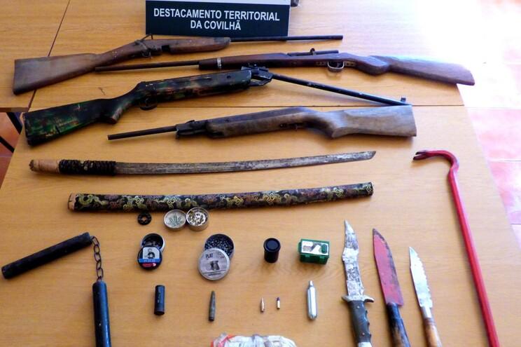 Detido por violência doméstica tinha armas, engenho explosivo e um sabre