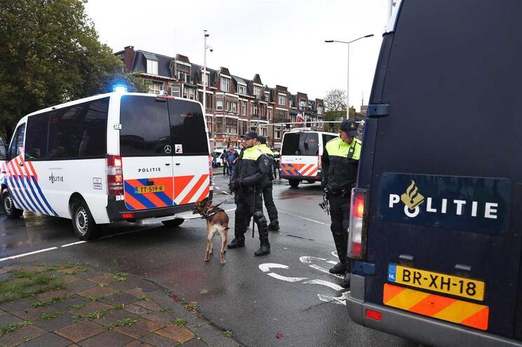 Polícia encontra 16 pessoas em camião que ia embarcar da Holanda para Inglaterra