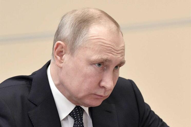 """Putin avisa que novos ataques ocidentais podem provocar """"caos"""""""