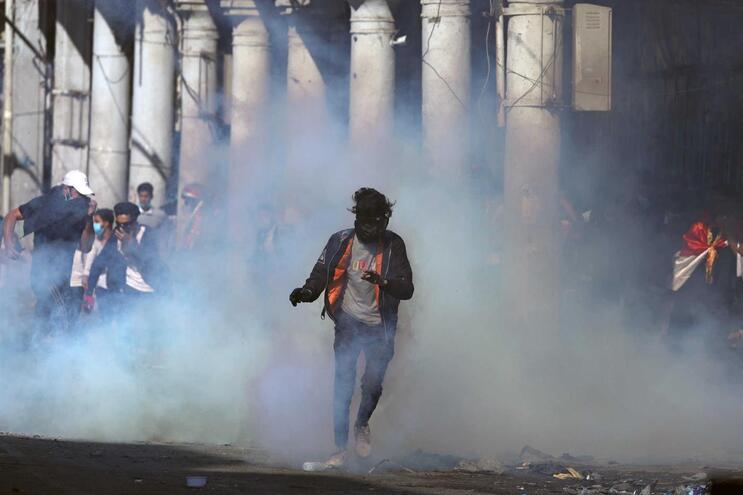 Manifestante iraquiano morre ao ser atingido por disparo de gás lacrimogéneo