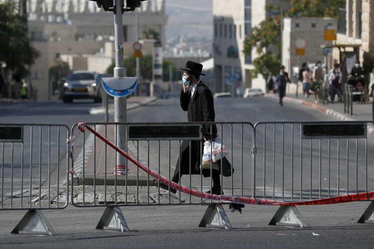 Polícia abate a tiro homem que tentou esfaquear agente em Jerusalém