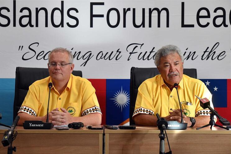 O anfitrião do Fórum, o primeiro-ministro de Tuvalu, Enele Sopoaga (direita), chegou mesmo a acusar diretamente