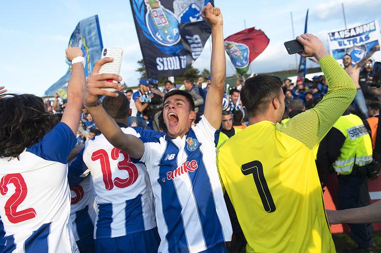 Campeões da Youth League recebidos em festa no aeroporto