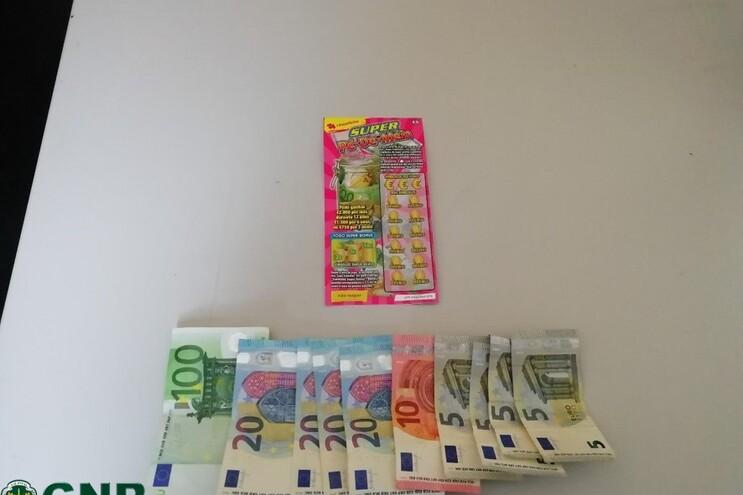 Comerciante estranhou indivíduo querer pagar um produto de baixo valor com uma nota de 100 euros e alertou