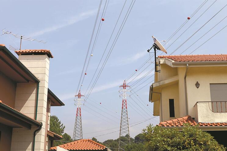 Três casais queixaram-se há 20 anos do facto de terem linhas elétricas sobre o telhado e do zumbido que