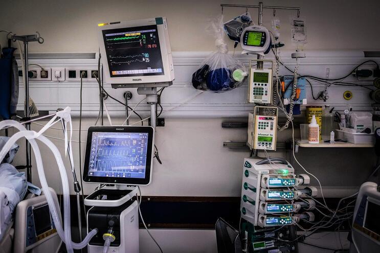 Pandemia obrigou a reforçar os hospitais com ventiladores comprados no mercado internacional