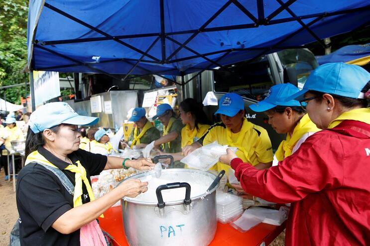 """Rapazes resgatados """"querem comer Phad Ka Pao"""", um prato típico tailandês"""