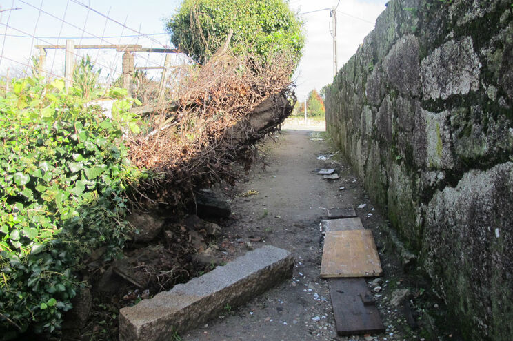 Muro em ruína põe em risco quem passa