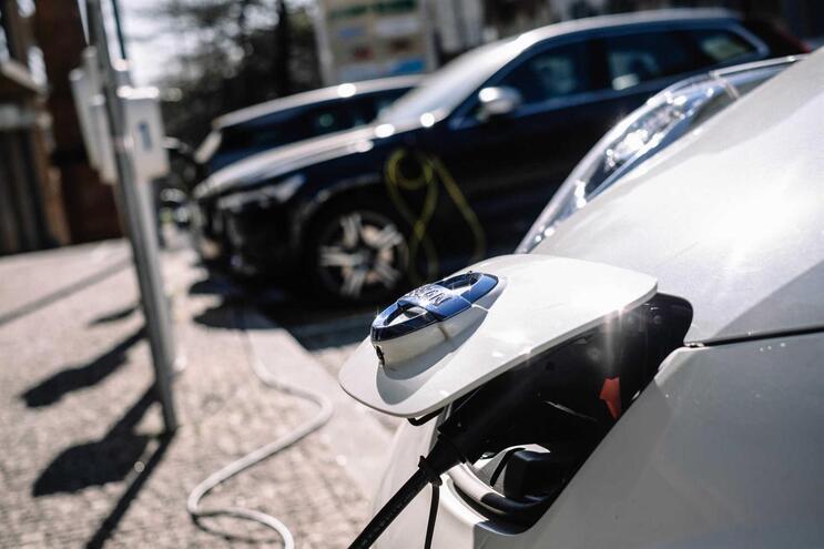 Venda de carros elétricos de passageiros cai 16,4%