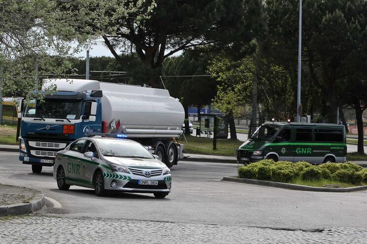 Camião cisterna escoltado pela GNR junto ao Porto de Leixões