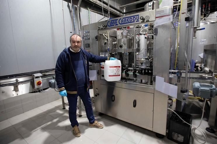 Victor Silva, sócio-gerente da fábrica de cerveja Vadia, produziu desinfetante para doar aos bombeiros