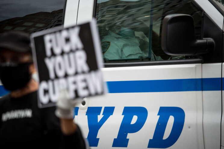 Polícia norte-americano baleado em Brooklyn, Nova Iorque, quatro horas após início do recolher obrigatório