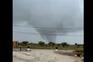 Tornado causa queda de árvore e cortes de estradas