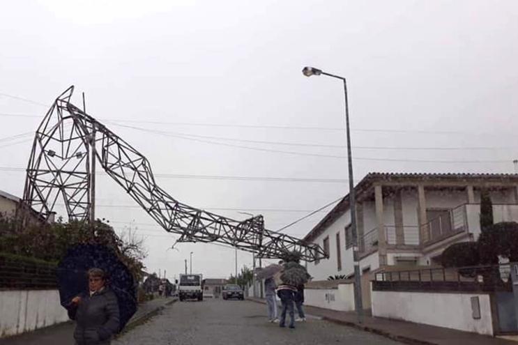 Dois postes de alta tensão caíram na Póvoa de Lanhoso