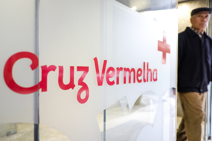 """Cruz Vermelha coloca bandeira a meia-haste por """"respeito às vítimas"""" do INEM"""