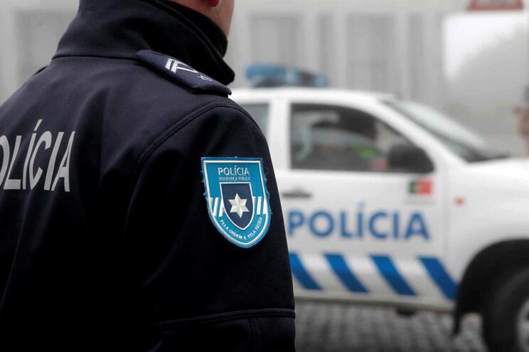Magistrada arquivou caso em que dois homens alcoolizados insultaram e agrediram a murro um agente da