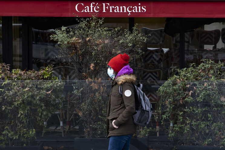 França anuncia recolhimento obrigatório às 18 horas em todo o país